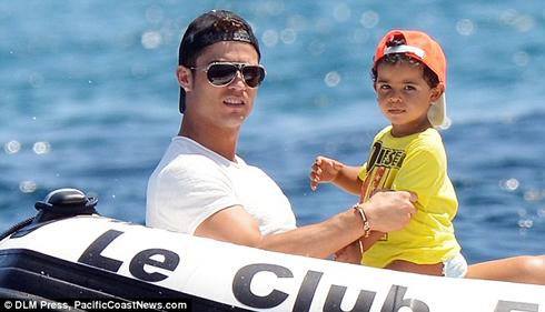 Роналду и его сын летом 2012 года