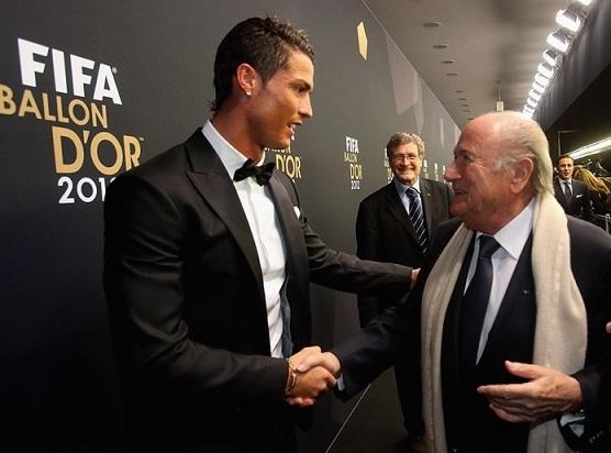 Президент ФИФА и Криштиану Роналду на церемонии вручения Золотого мяча