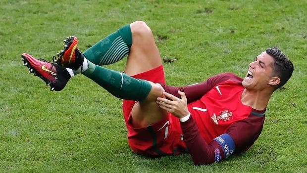 Фото травмы Криштиану Роналду в финале Чемпионата Европы по футболу